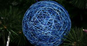 Новогодние украшения елки на участке